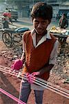 Kite chaîne production, chaîne est recouvert de verre rodé pour le festival de cerfs-volants de combat en janvier, Ahmedabad, Gujarat État, Inde, Asie