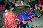 Femme indienne sur un petit métier à tisser, à l'aide d'acrylique teint, à Oaxaca, au Mexique, en Amérique du Nord