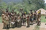 Portrait d'un homme de Huli et un groupe d'enfants des hautes-terres, Papouasie Nouvelle-Guinée, Pacifique