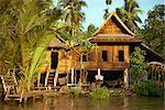 Une maison traditionnelle thaïe sur pilotis au-dessus de la rivière en Bangkok, Thaïlande, Asie du sud-est, Asie