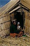 Uro femme indienne et bébé, lac Titicaca, au Pérou, Amérique du Sud