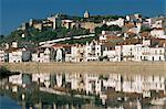 Vue des remparts de ville et du château, dans la rivière Sado, Alcacer do Sal, Portugal, Europe