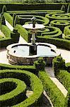 Fountain and box parterre, laid out in 16th century, Quinta da Bacalhoa, Palmela, Portugal, Europe