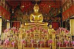 Statue de Bouddha assis à l'intérieur du Wat Phra Kaew, Bangkok, Thaïlande