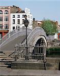 Halfpenny bridge over the River Liffey, Dublin, Eire (Republic of Ireland), Europe