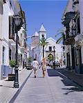 Rue et église dans la vieille ville, Marbella, Costa del Sol, Andalucia (Andalousie), Espagne, Europe