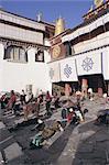 Pèlerins se prosterner à l'extérieur du Temple de Jokhang, Lhassa, Tibet, Chine Asie