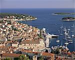 Erhöhten Blick auf die Stadt und den Hafen, die Stadt Hvar, Insel Hvar, Dalmatien, Dalmatien, Kroatien, Europa