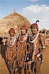 Portrait de trois jeunes femmes de la tribu Hamer, les cheveux traités avec l'ocre, de l'eau et de résine et tordue en tresses appelées goscha, basse vallée de l'Omo, Sud, Ethiopie, Ethiopie, Afrique