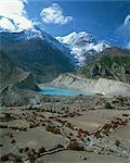 Champs près d'un lac au pied du Mont Gangapurna, dans la région de Manang de l'Himalaya, Népal, Asie
