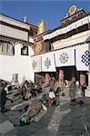 Pèlerins bouddhistes Tibétains se prosterner devant le temple de Jokhang, Lhassa, Tibet, Chine, Asie