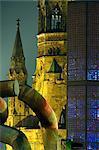 L'église Kaiser Wilhelm éclairée la nuit sur la Kurfürstendam à Berlin, Allemagne, Europe