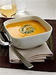 Schüssel Karotten Suppe mit Glas Weißwein