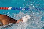Jeune nageur faire front crawl natation course
