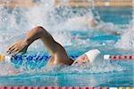 Jeune nageur faire avant analyse