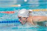 Jeune athlète faisant nage papillon
