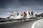 Deux cyclistes de route d'équitation en descente, Dolomites