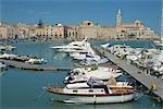 Bateaux dans le port, avec la la cathédrale du 12ème siècle de San Nicola Pellegrino en arrière-plan dans la ville de Trani, Pouilles, Italie, Méditerranée, Europe