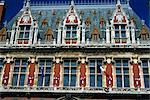 Détails des fenêtres, des lucarnes et des indicateurs sur l'hôtel de ville de Calais, Nord Pas de Calais, France, Europe