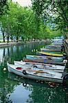Une ligne de bateaux à rames le long du Canal près du Pont des Amours, à Annecy, Haute-Savoie, Rhone Alpes, France, Europe