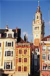 Maisons flamandes et le clocher de la Nouvelle Bourse, Grand Place, Lille, Nord, France, Europe