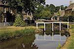 Chalets de Pierre le long des berges de la rivière Eye, Lower Slaughter, les Cotswolds, Gloucestershire, Angleterre, Royaume-Uni, Europe