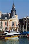 Hôtel de Ville (hôtel de ville) et des bateaux de pêche à l'embouchure de la rivière Touques, Trouville, Calvados, Côte Fleurie, Normandie, France, Europe