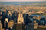 Vue aérienne sur la skyline de Manhattan à la tombée de la nuit, New York City, États-Unis d'Amérique, l'Amérique du Nord