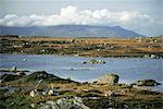 Les montagnes de douze broches (Benna Beola) dépassent les loughans sur la plaine, Connemara, comté de Galway, Connacht, Eire (République d'Irlande), Europe