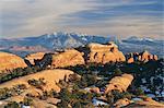 Palmes de grès rouge, La Sal montagnes au-delà, Parc National des Arches, Utah, États-Unis d'Amérique, Amérique du Nord