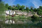 Maisons à côté de l'étang du moulin Comford, Matlock, Derbyshire, Angleterre, Royaume-Uni, Europe