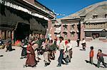 Pèlerins dans la Cour du monastère. Sakya, Tibet, Chine, Asie