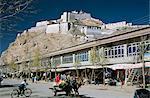 Dzong (fort) avec vue sur la ville nouvelle, Gyantse, Tibet, Chine, Asie