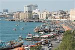 Les dhows amarré pour décharger à côté des quais de Deira, Dubai Creek, Dubaï, Émirats Arabes Unis, Moyen-Orient