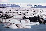 Icebergs sur Jokulsa Lake, calotte glaciaire Vatnajökull derrière, côte sud, l'Islande, les régions polaires