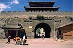 Chariot porte-sac à côté de la muraille de Songpan dans la Province du Sichuan, en Chine, Asie