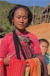 Lady Ann et bébé avec des textiles dans le village de Ann, Kengtung (Kyaing Tong), état de Shan, au Myanmar (Birmanie), Asie