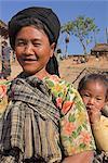Lady Ann et bébé dans le village de Ann, Kengtung (Kyaing Tong), état de Shan, au Myanmar (Birmanie), Asie