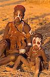 Karo femme avec enfant, robe traditionnelle de peau de chèvre décorée de cauris, village de Kolcho, basse vallée de l'Omo, Ethiopie, Afrique