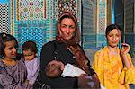 Femme et ses enfants au sanctuaire de Hazrat Ali, qui, comme, assassiné en 661, Mazar-I-Sharif, Afghanistan, Asie
