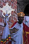 Akuto La'ab, construit par le successeur du roi Lalibela éponyme, prêtre avec croix, Lalibela, Ethiopie, Afrique