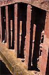 Vieil homme portant la traditionnelle gabi (châle blanc) assis dans la Sainte bible de lecture du soleil, à monolithique église de pari Medhane Alem (Sauveur du monde), dit être la plus grande église de roc taillé dans le monde, Lalibela, patrimoine de l'humanité, Ethiopie, Afrique