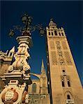 Lampes décoratives et la Giralda à tour dans la ville de Séville, Andalousie, Espagne, Europe