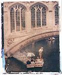 Polaroid Image Transfer des Mannes Flachkahn Touristen in traditionellen Holzboot (Punt) am Fluss Cam, Cambridge, Cambridgeshire, England, Vereinigtes Königreich, Europa