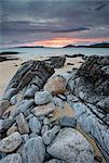 Vue vers Taransay au coucher du soleil de la côte à Scarista, île de Harris, Hébrides extérieures, en Écosse, Royaume-Uni, Europe