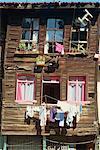 Cage d'oiseau et les lignes de lavage sur le devant d'une maison en bois traditionnelle dans la vieille ville d'Istanbul, Turquie, Europe