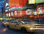 Taxis jaunes dans la rue pendant la nuit avec des néons des théâtres de Sony à l'arrière-plan, dans Times Square, New York, États-Unis d'Amérique, l'Amérique du Nord