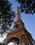 La tour Eiffel à la tombée de la nuit, Paris, France, Europe