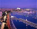 Lumières du soir, avec des bateaux dans le port de plaisance et de la cathédrale de Palma à travers la baie, sur Majorque, îles Baléares, Espagne, Méditerranée, Europe