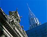 Gros plan des statues sur le dessus de Grand Central Station, avec le Chrysler Building en arrière-plan, enlevé dans la soirée à New York, États-Unis d'Amérique, l'Amérique du Nord